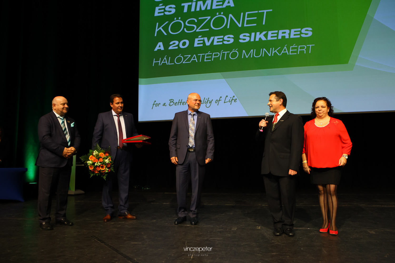 A vezetőség (balról) Lőrincz János, Kovács Zoltán és Kónya György méltatta és köszöntötte a miskolci, két évtizede sikeres házaspárt