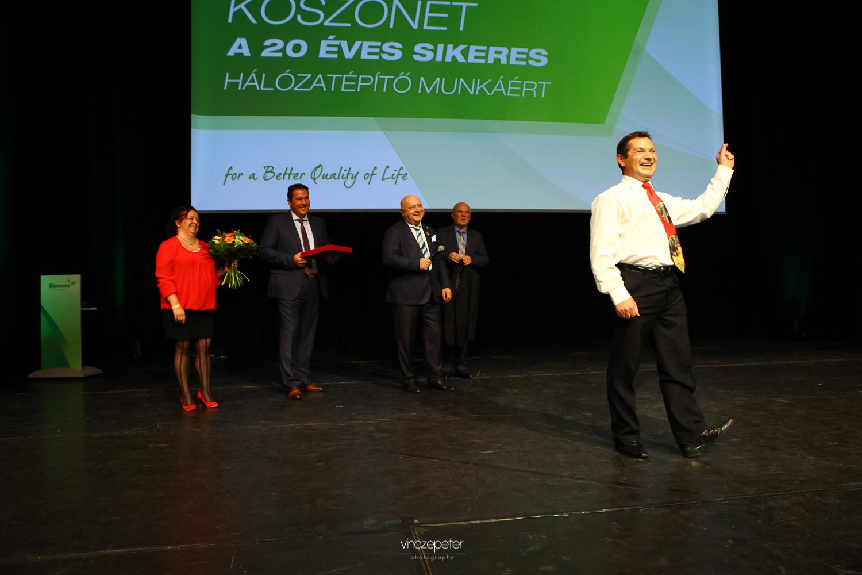 Sinka Gyula, eredeti hivatásnak megfelelően, még (nép)táncra is perdült jókedvében…