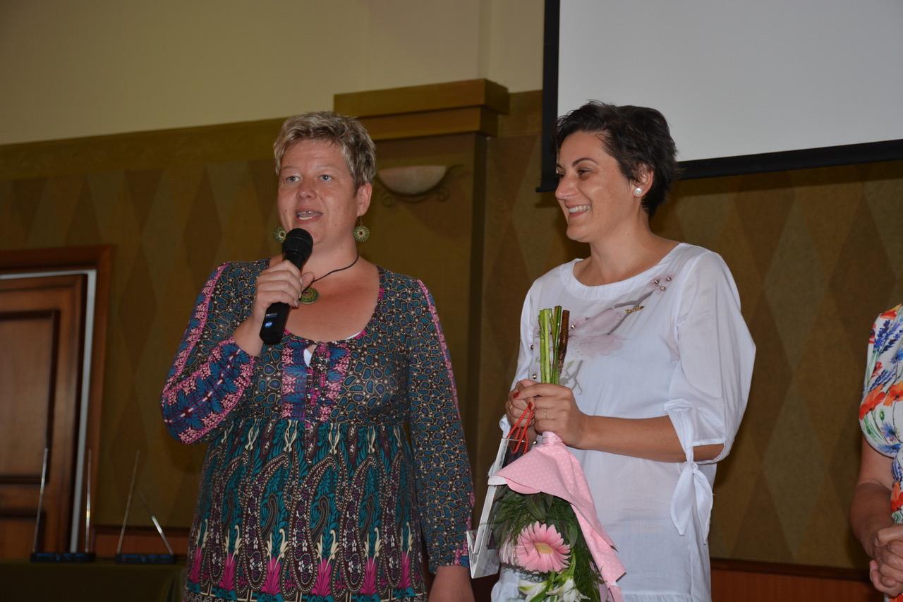 Günther Edit (mikrofonnal) szponzorával, a boldogan az elismerés kellékét, a virágot szorongató Szász Emesével
