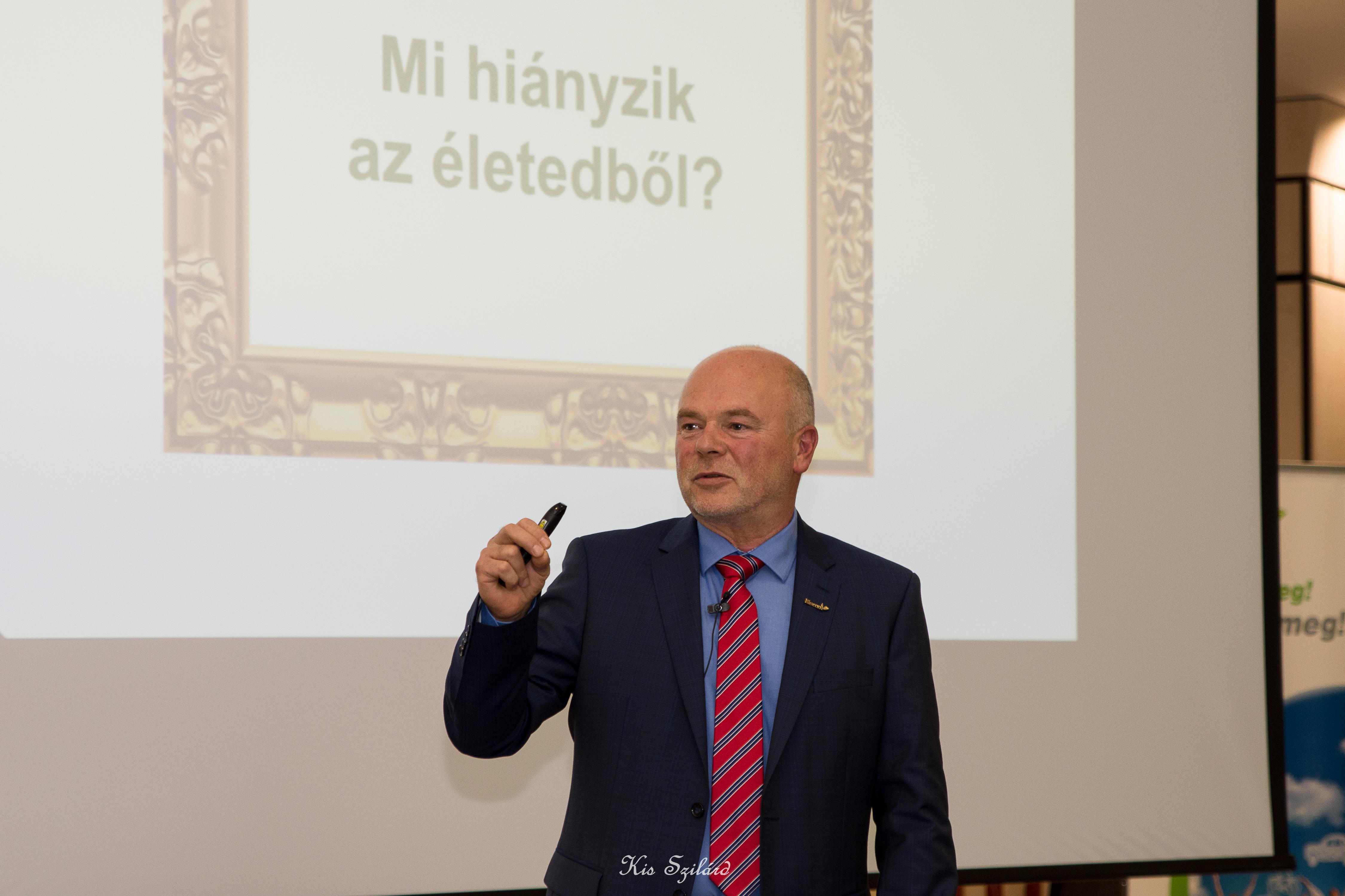 Kónya György motiváló, közérthető előadásában egy alapkérdésre kerestette a választ a hallgatósággal – a kivetítőn látható…
