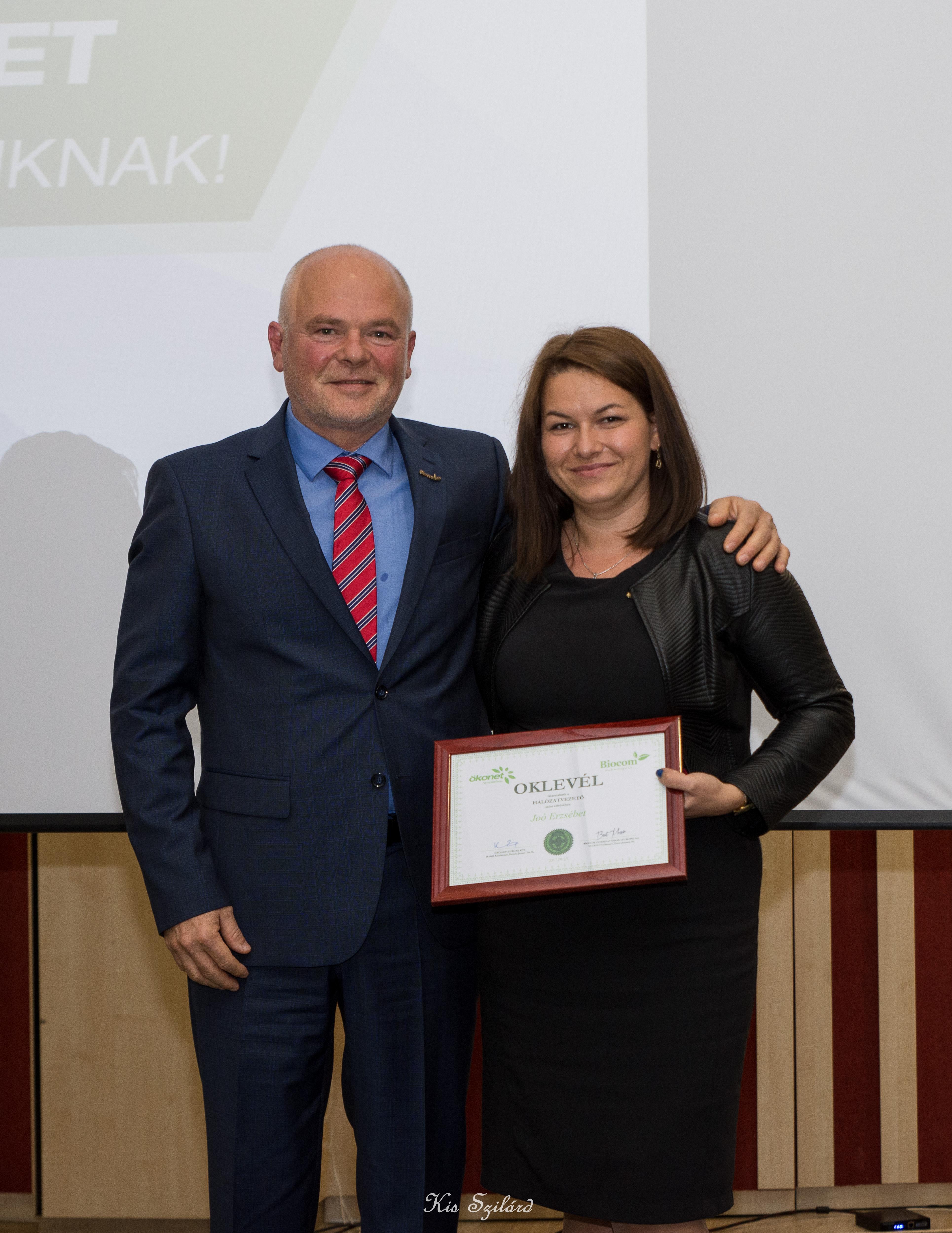 Kónya György gratulál az ágában, Erdélyben nemrég vezetővé minősült Joó Erzsébetnek