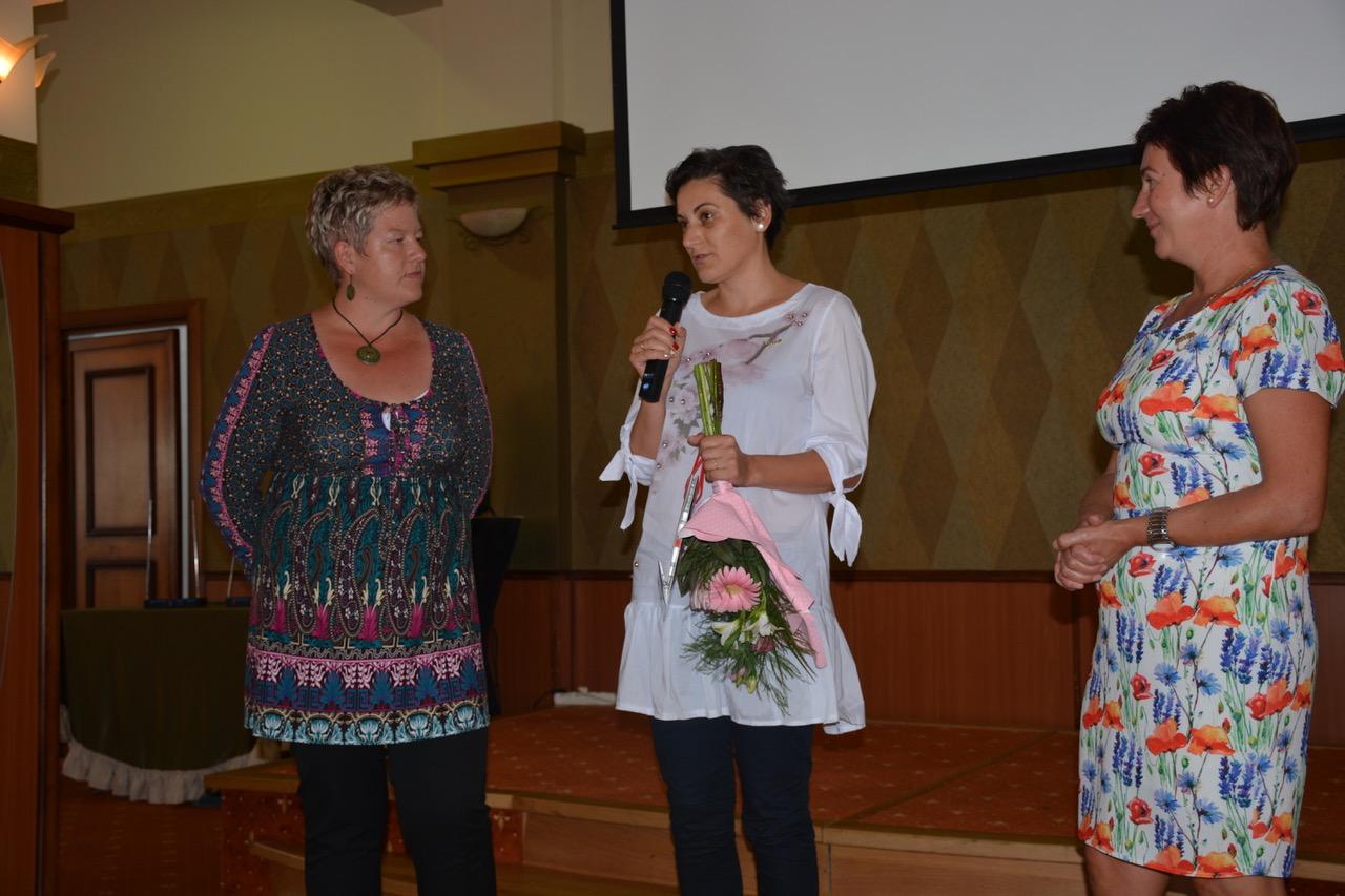 Szponzori méltatás egy erdélyi képzésen: Szász Emese éppen felépíti Editet, amit az érintett éppúgy elégedetten hallgat, mint ágvezetője, Csibi Margitka (jobbról)