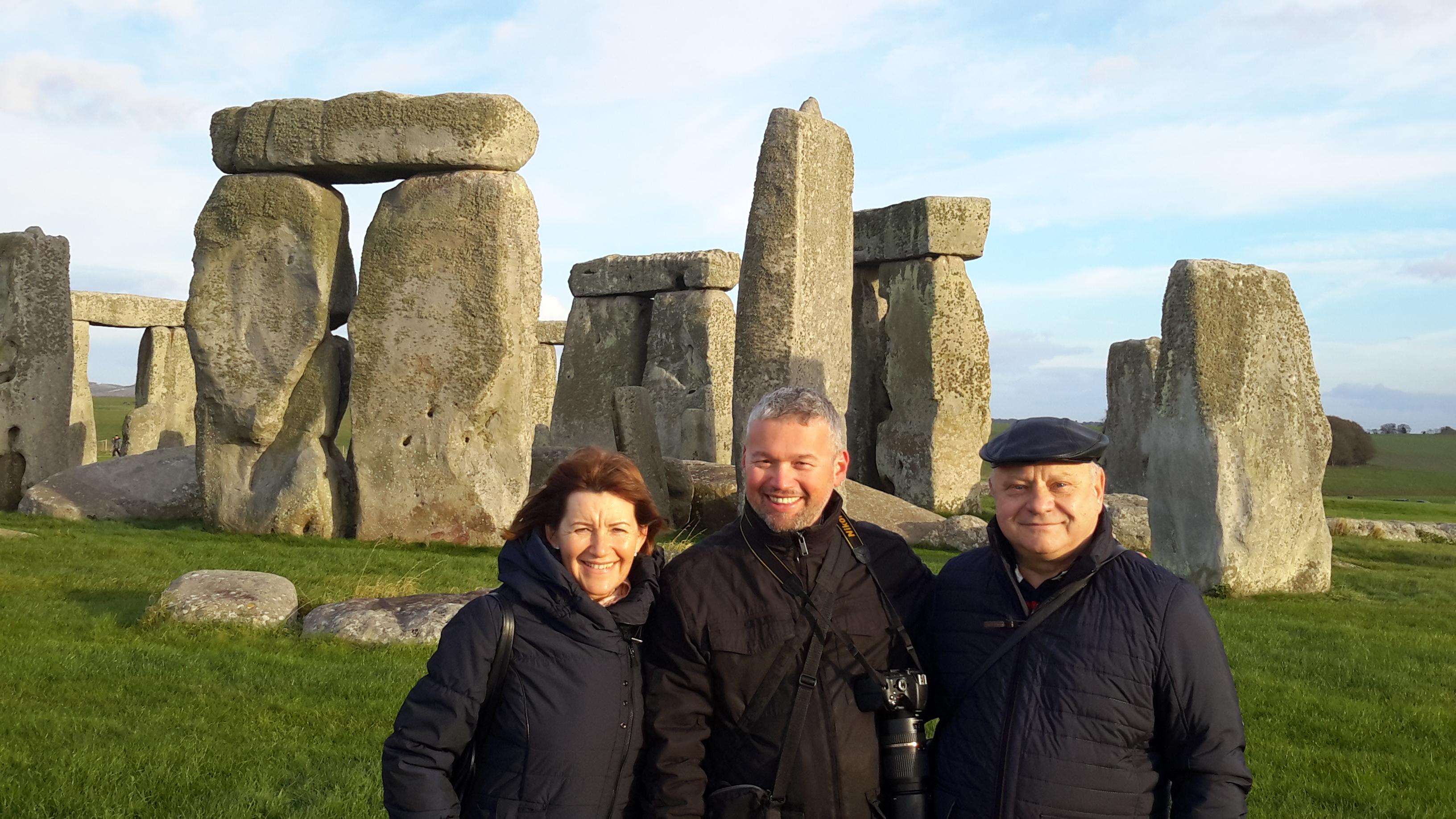 Sokakhoz eljutott a jelenkor üzenete a régmúlt különleges köveitől. A képen a Gyémánt Hálózatigazgató párral, Lőrincz Marikával és Jánossal a Biocom angliai partnercégének vezetője, Bánfi Zoltán (középen).