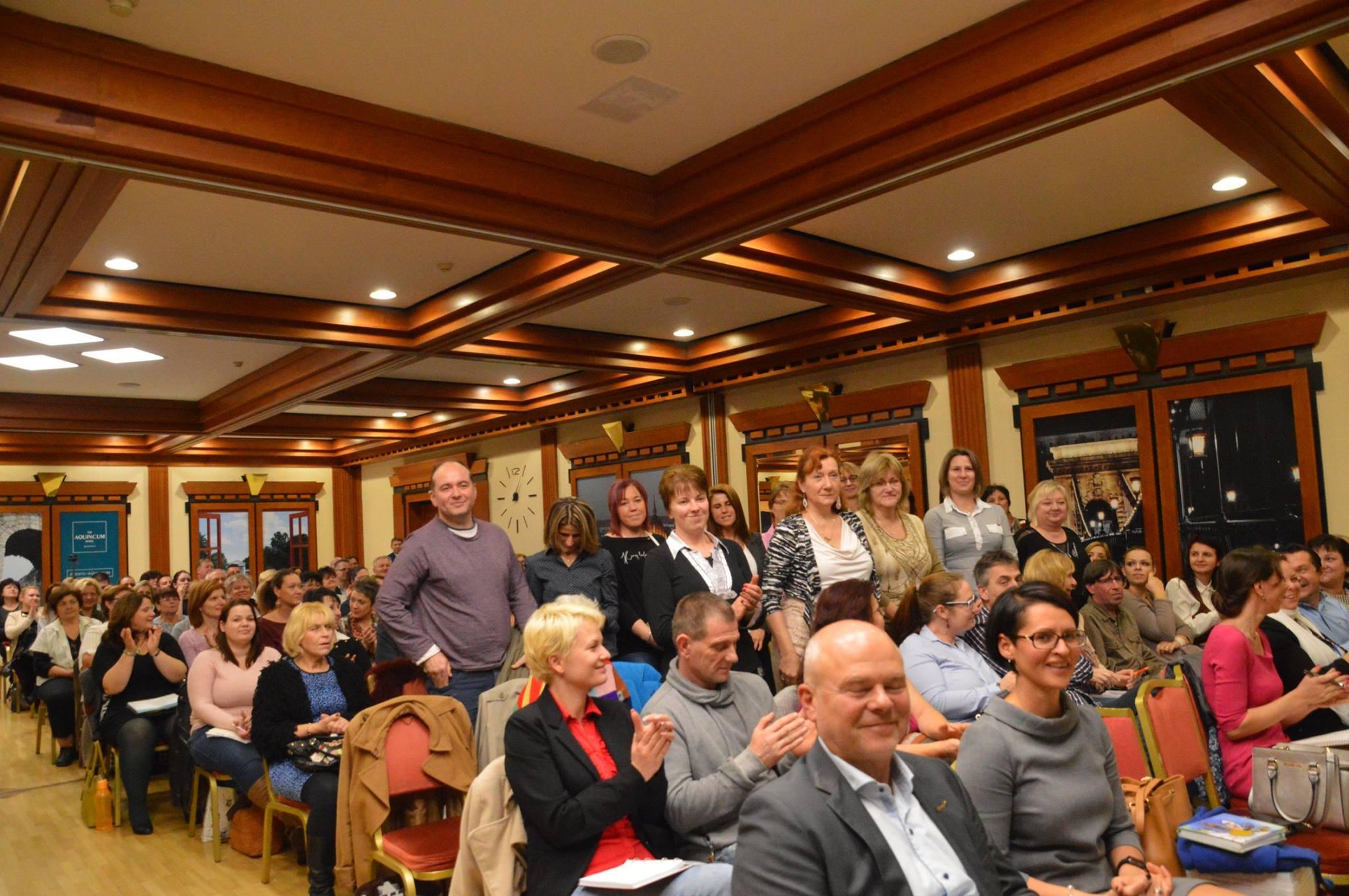 Itt Kónya György már az első sorban mosolyog előadása után. De a kérdése még ott száll a levegőben: komolyan veszed magad?