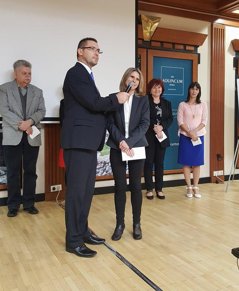 Acsainé Szabó Katalin nyilatkozik Vass Oszkár ágvezetőnek, akinél a regisztrációs szám és a pontérték is kiemelkedően magas volt
