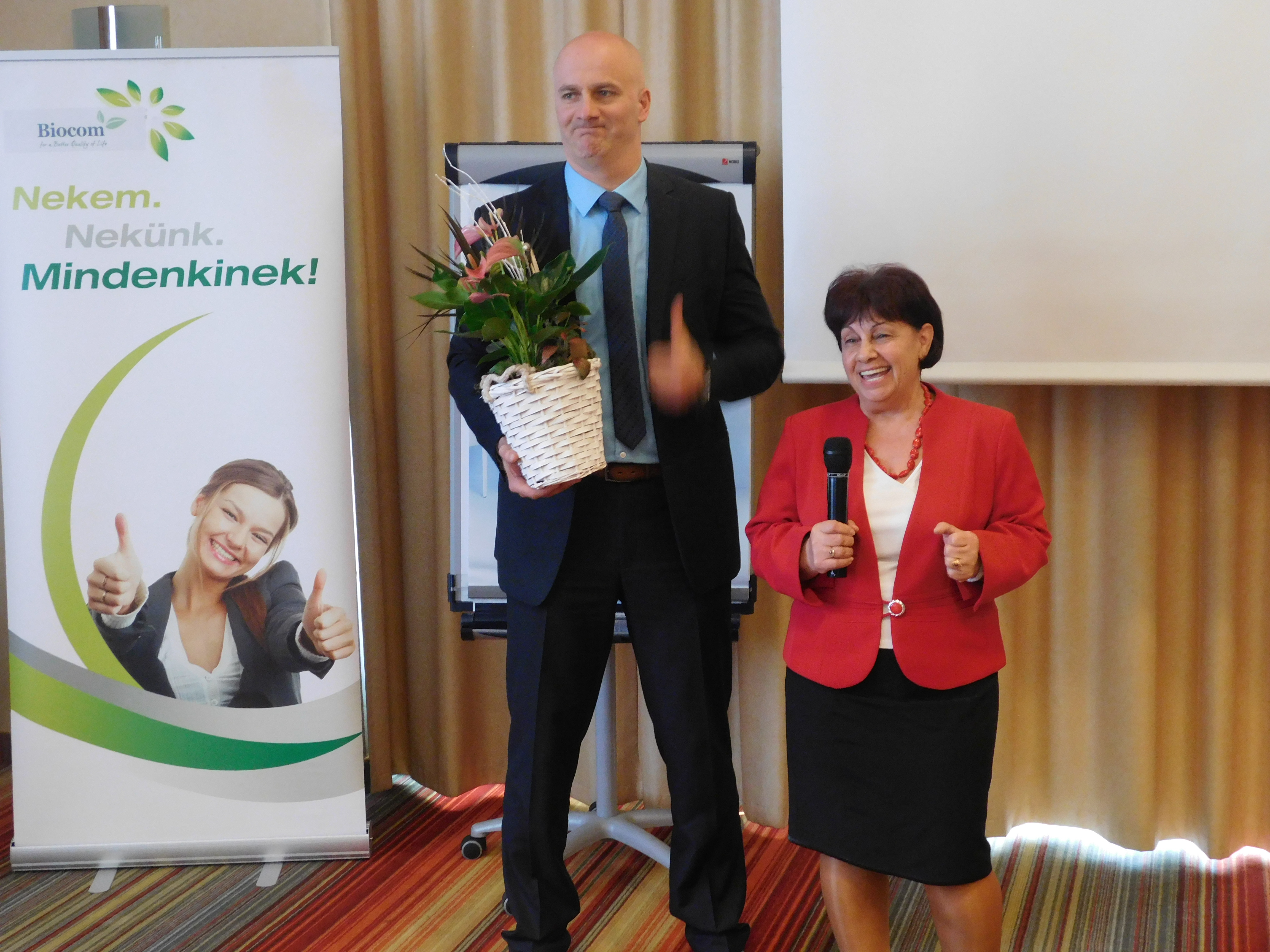 Budai Zsófi hálózatvezető lett! A képen szponzora, Dankó János gratulál neki.