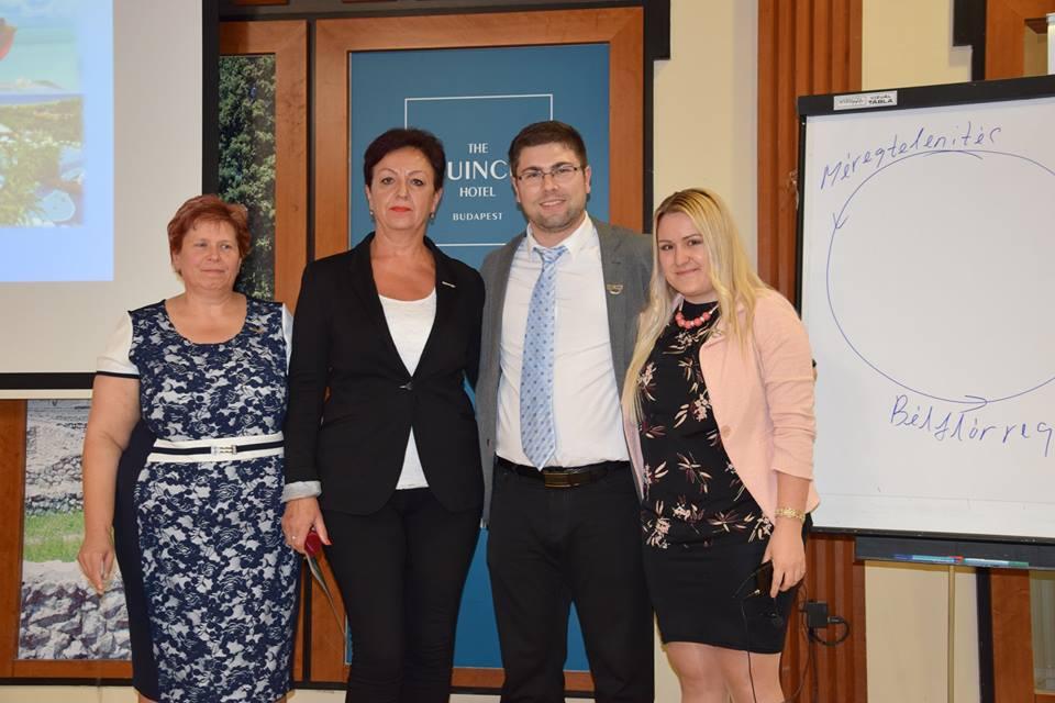 Pálfi Katika (jobbról) mellette Kis Gergely az új kitűzős hálózatvezetőkkel: Viczena Andreával és Janyik Gabriellával