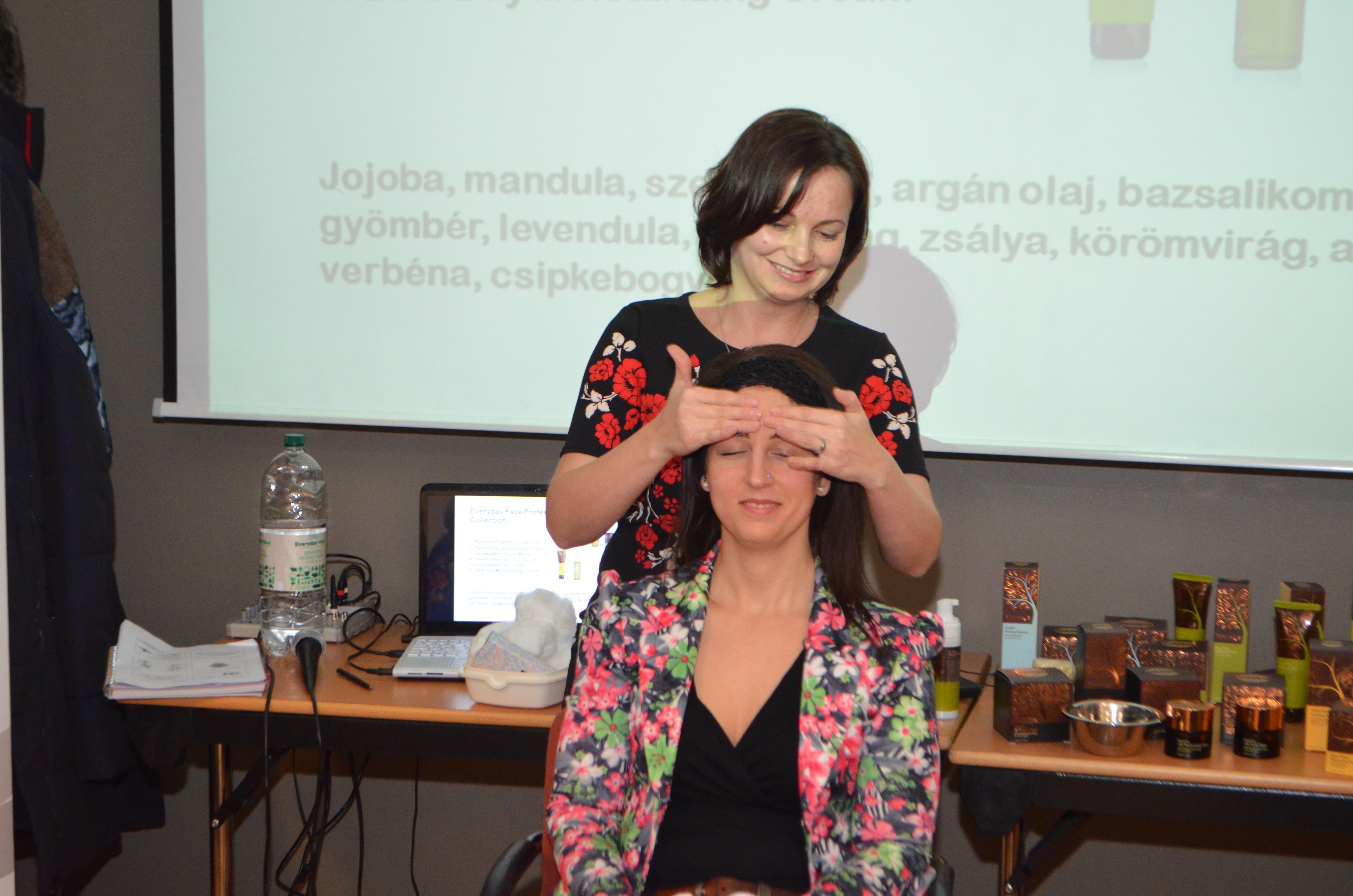 Kozmetikum-teszt a képzésen, Fekete Hajnal keni Kovács Viktória arcát