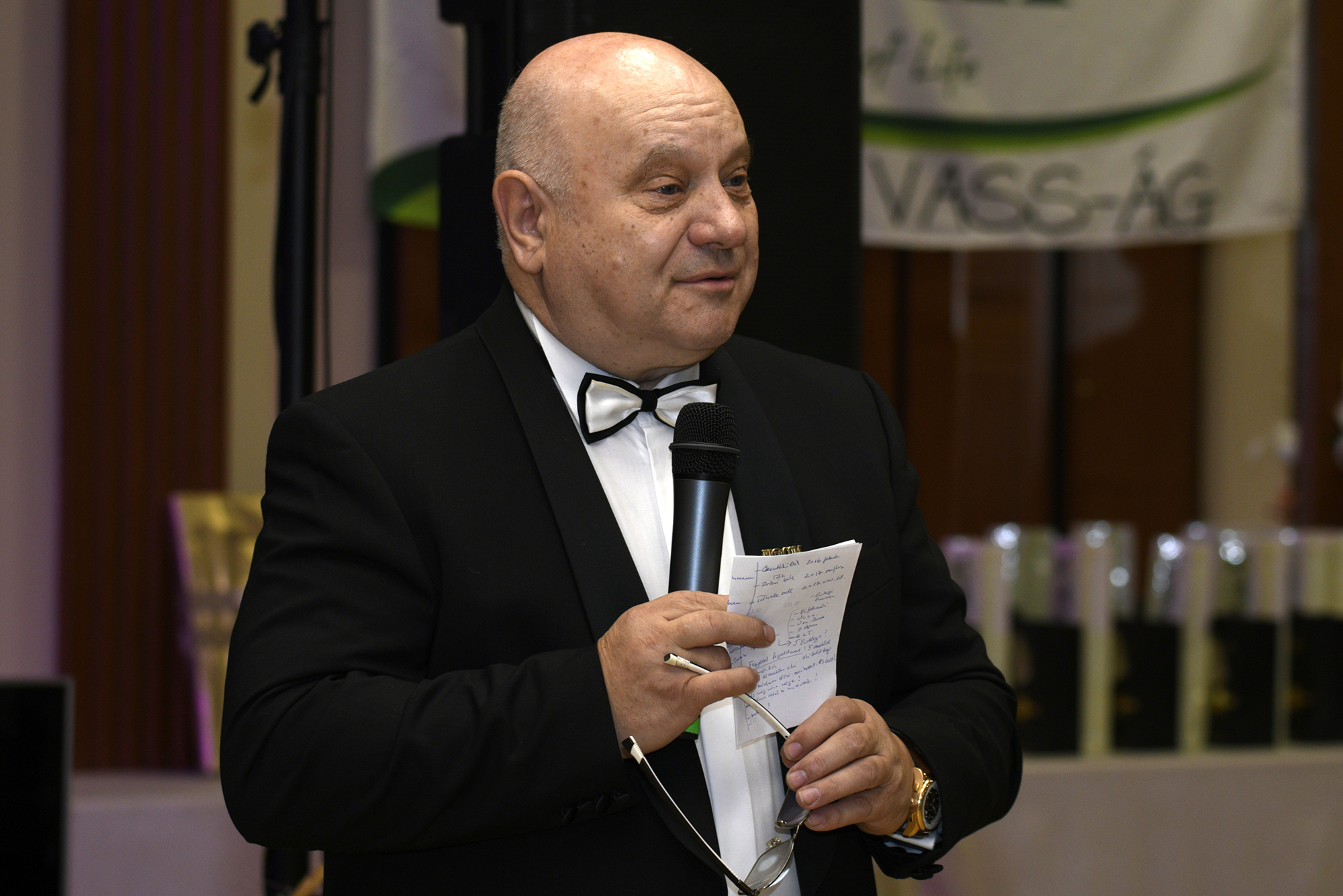 Lőrincz János, a Biocom első Gyémánt Hálózatigazgatója, egyben Tünde magasabb ágvezetője köszöntésében visszaidézte az elmúlt évtizedek báljait is