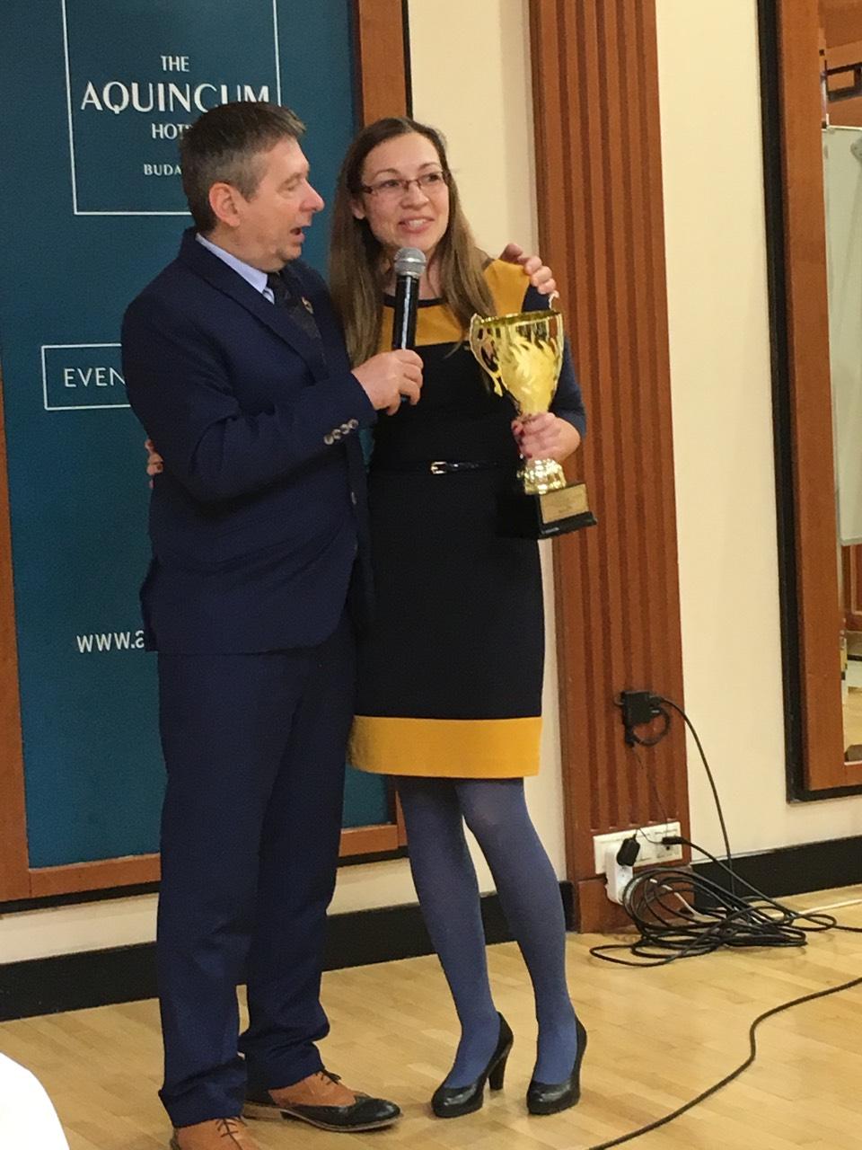 A Ferenczy-kupát decemberben Pálfi Rita érdemelte ki, Ferenczy László Arany Hálózatigazgató, ágvezető gratulált neki a színpadon