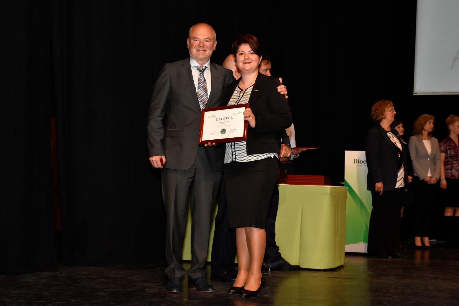 Kovács Andrea 2017. márciusában, a budapesti Kongresszusi Központban, a nemzetközi nagyrendezvényen a HV-oklevél átvételekor felső ágvezetőjével, Kónya Györggyel