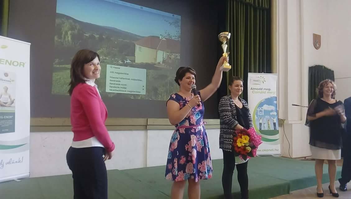 Méltó kézben a Hermann-kupa az első nagyváradi Starton. Balról jobbra: Tóbiás Erika, Kovács Andrea, Joó Erzsébet és Hermann Judit a színpadon. No és a legeredményesebb havi munkát végzőnek járó serleg…