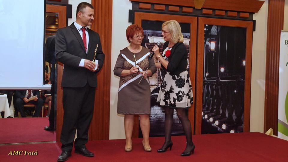 A fogyiverseny győztesei: Egyedné Marika és Varga Károly Tóth Zsizsi mikrofonja előtt
