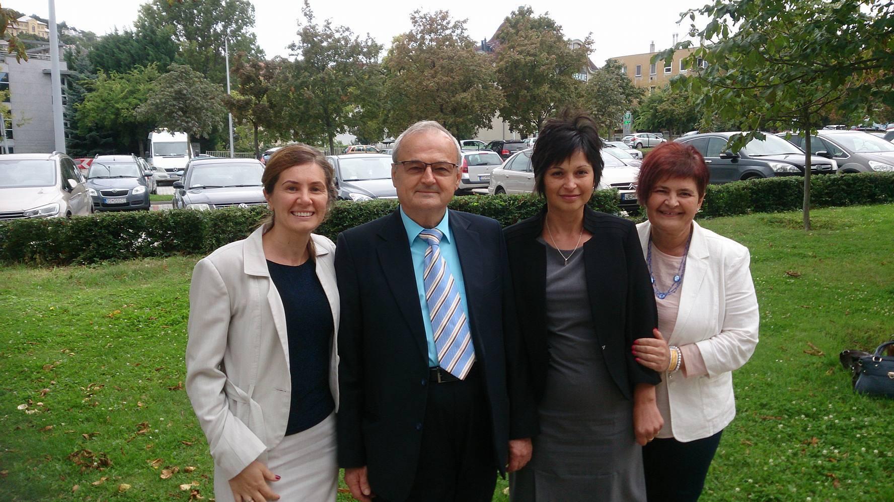 Kis Edith (jobbról a második) az őszi, budapesti nagyrendezvényen Szabó Sigfriddel és felső vonalával, Zsigmond Júliával (balról) és Kosiba Ilivel (jobbról)