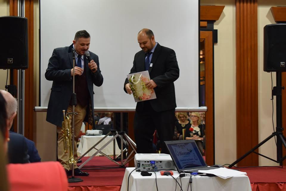 Galambos Lajcsi a szavak és dalok mellett díjakat is átadott