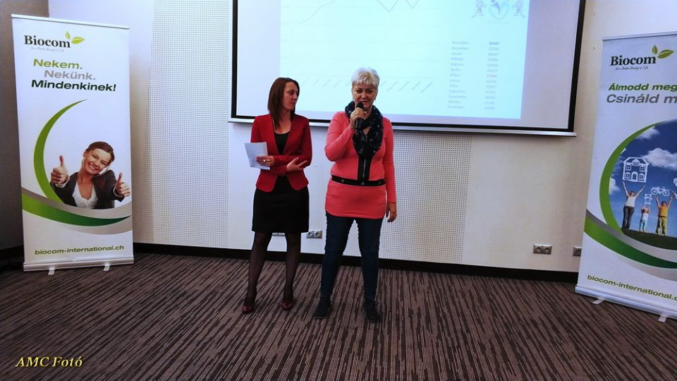 A képen már a mikrofont tartó Varga Éva is Ezüst HV karrierszinten van