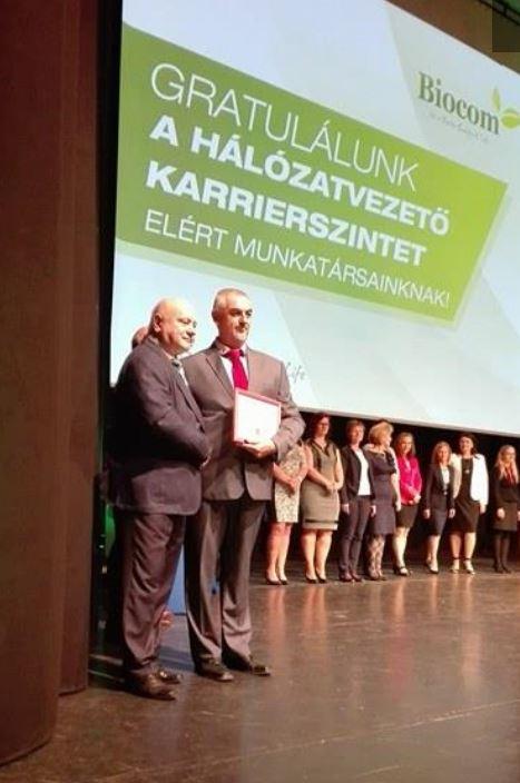 Egy kép, ami sokat ér: Lőrincz János Gyémánt Hálózatigazgató gratulál a hálózatvezetővé vált Krokker Sándornak a Kongresszusi Központ színpadán