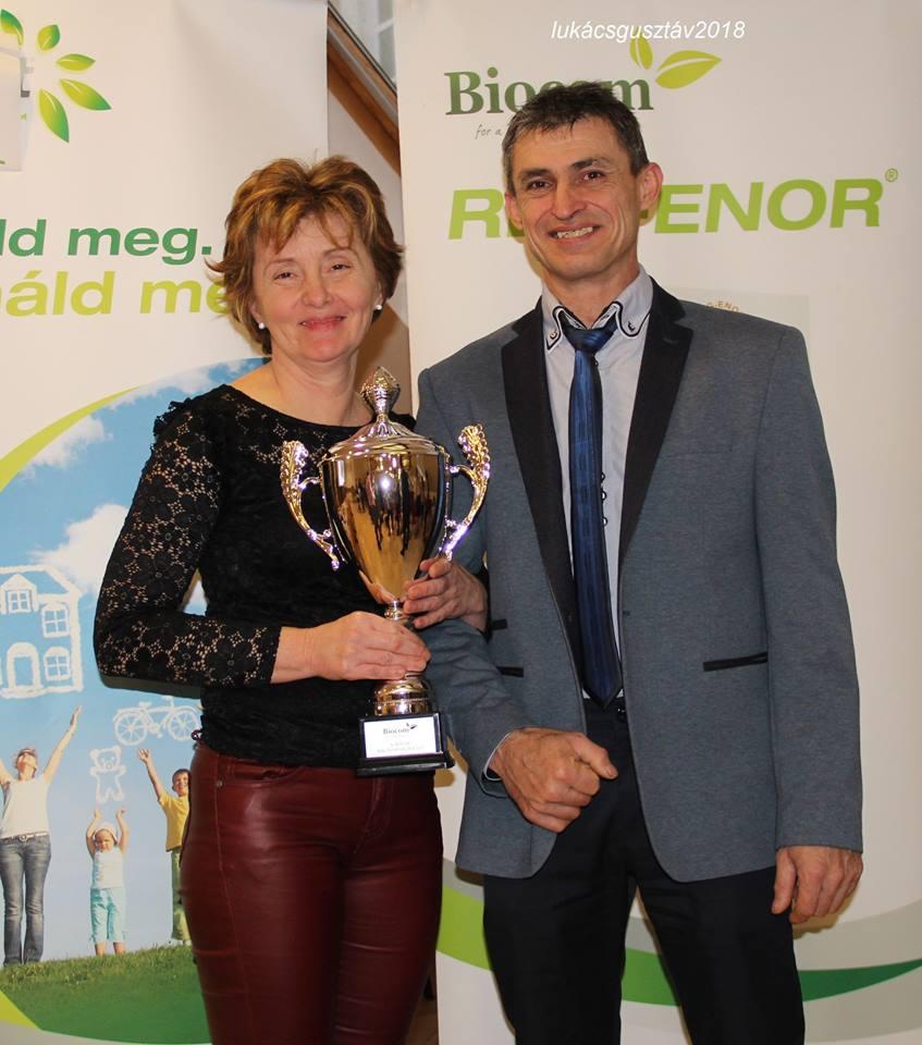 Géczi Ildikó nyerte a céges kupát, amit boldogan mutatott meg a közönségnek élete párjával, Varga Sándorral