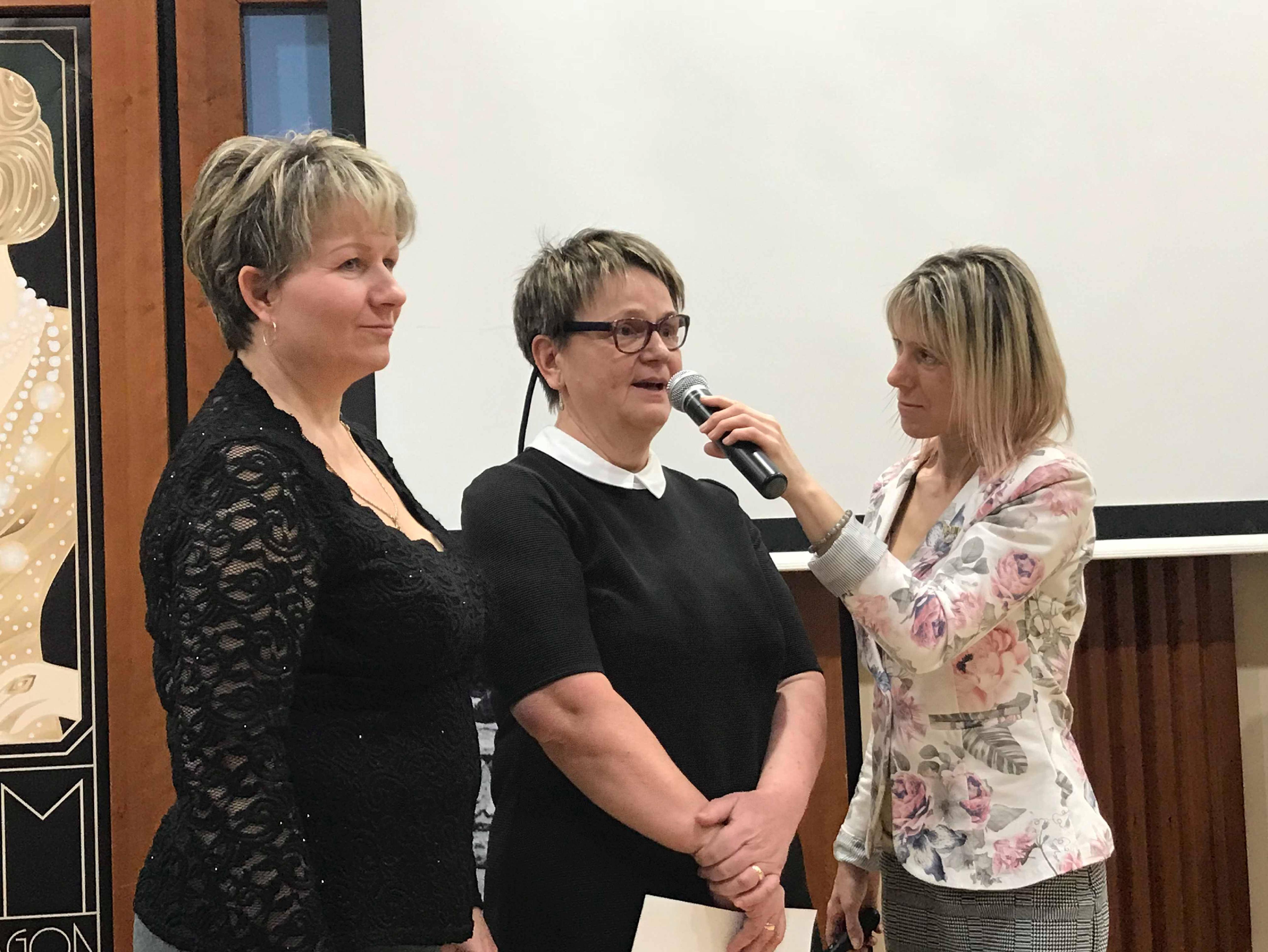 Eberhardt Hajni Ezüst Hálózatvezető Viczkó Emília tapasztalatát hallgatja, Emi mellett Kovács Irénke új 6-os